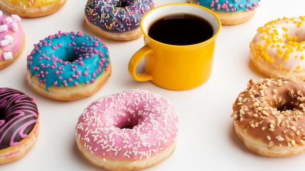 Kaffee, umgeben von süßen donuts