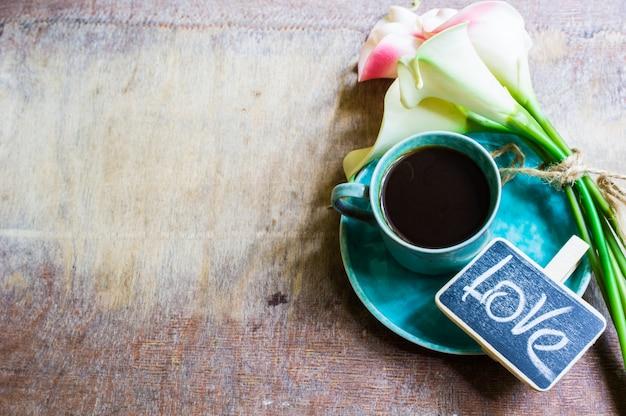 Kaffee und calla blumen