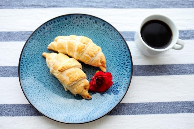 Kaffee und croissant auf dem tisch