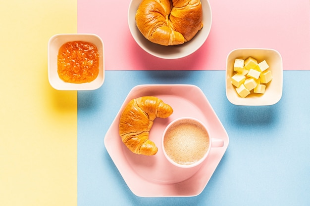 Kaffee und croissants auf einem hellen trendigen hintergrund, draufsicht, flache lage.