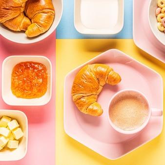 Kaffee und croissants auf einem hellen trendigen hintergrund, draufsicht