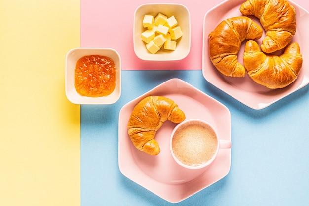 Kaffee und croissants auf einem hellen trendigen hintergrund