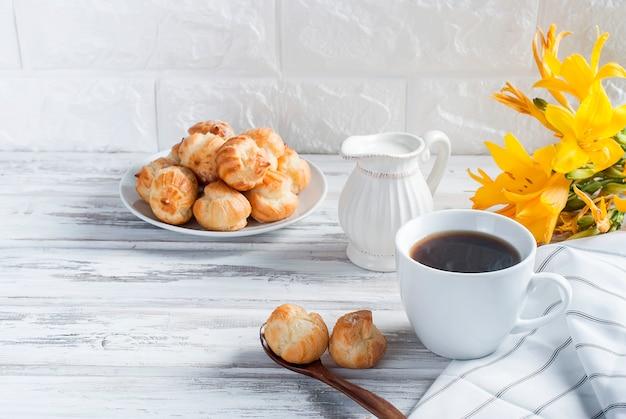 Kaffee und eclairs auf weiß