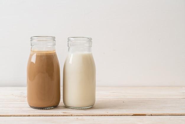 Kaffee und frische milch in der flasche