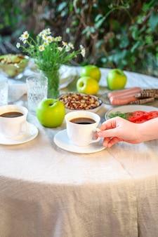 Kaffee und frühstück auf dem tisch teeparty pause im freien
