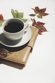 Kaffee und herbstlaub