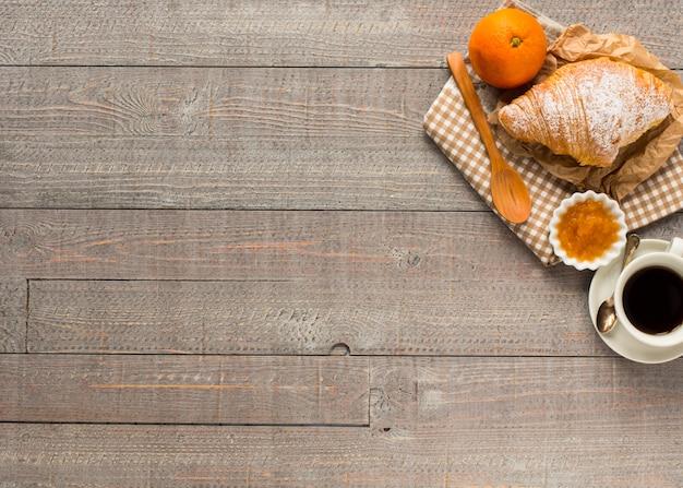 Kaffee und hörnchen zum frühstück draufsicht