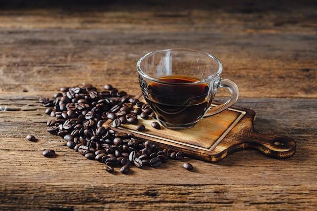 Kaffee und kaffeebohne auf holztisch