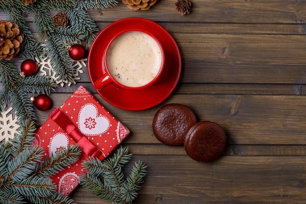Kaffee und keks mit weihnachtsdekoration