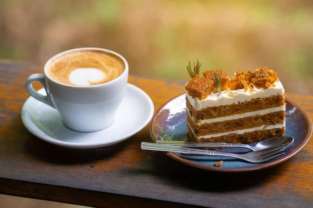 Kaffee und kuchen süße leckerei auf holztisch.