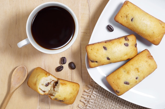 Kaffee- und kuchenriegel mit schokoladenstückchen