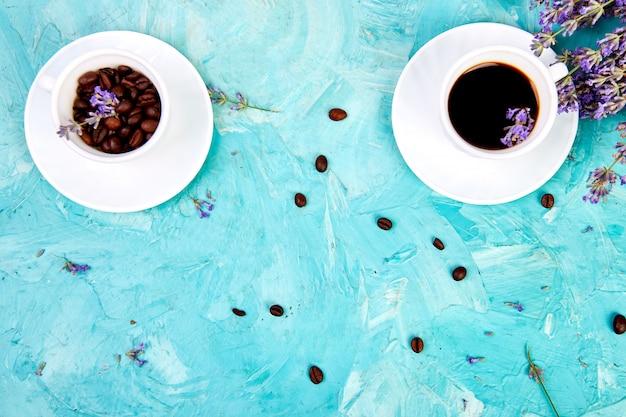 Kaffee und lavendelblüten