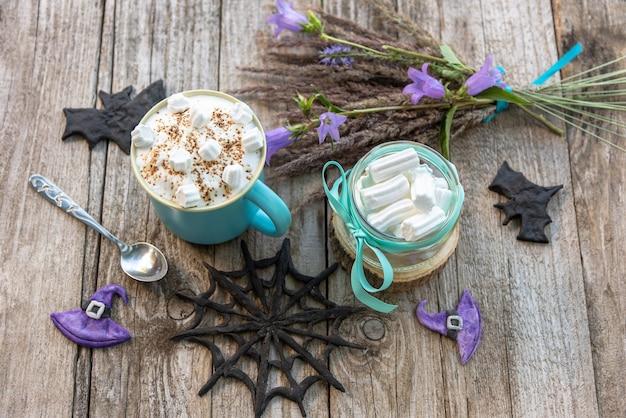 Kaffee und marshmallows für halloween