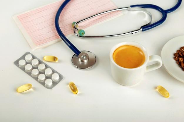 Kaffee und menschlicher blutdruck. konzept von hohem blutdruck.