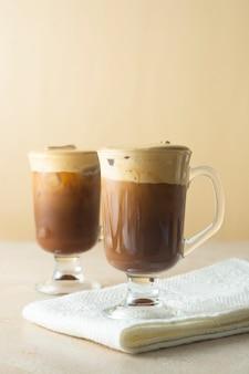 Kaffee und milch. leckeres kaffeegetränk mit eis und schlagsahne