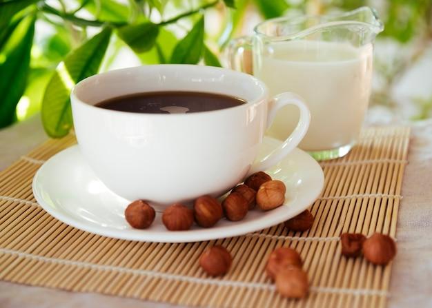 Kaffee und nüsse auf bambusmatte