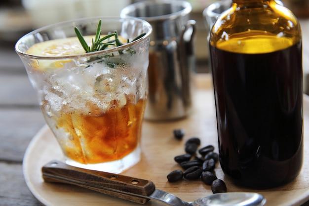 Kaffee- und orangenmischung auf holzhintergrund