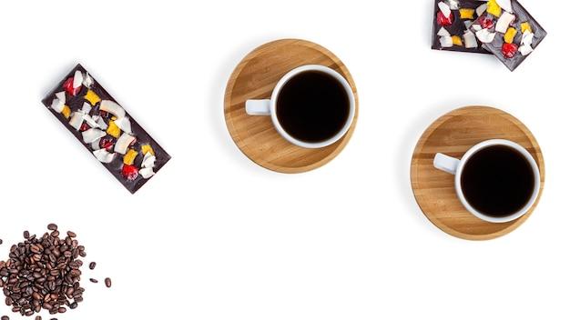 Kaffee und rohe schokolade auf einem weißen hintergrund