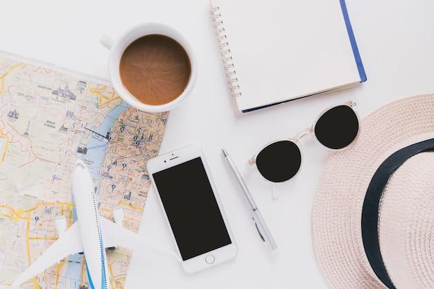 Kaffee und smartphone in der nähe von touristischen sachen