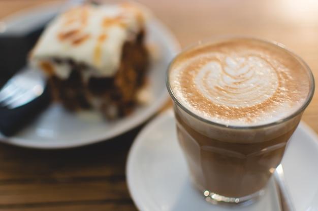 Kaffee und süßer karottenkuchen