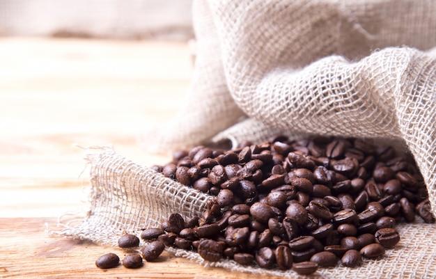 Kaffee und tasche auf rostigem hintergrund