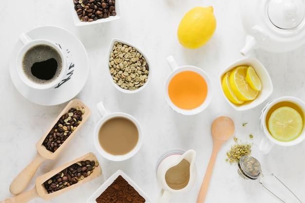Kaffee und tee auf weißer tabelle