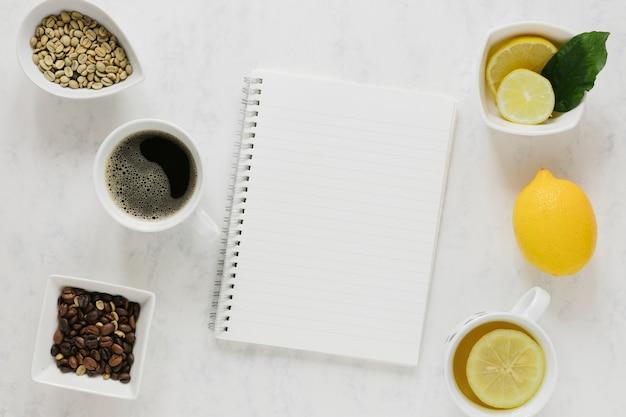 Kaffee und tee mit notizbuchmodell