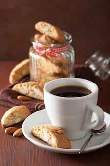 Kaffee und traditionelle italienische cantuccini-kekse