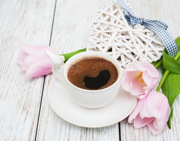 Kaffee und tulpen