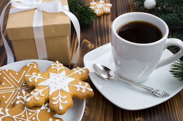 Kaffee, weihnachtsgeschenk und kekse