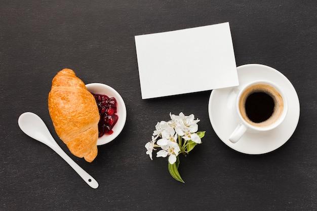 Kaffee zum frühstück und croissant auf dem tisch