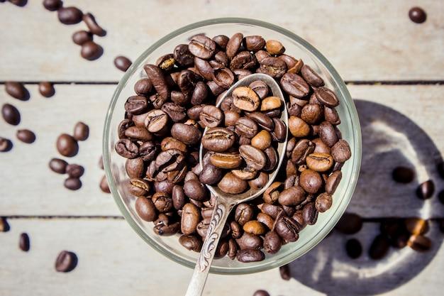 Kaffee zum frühstück und vermutungen. selektiver fokus