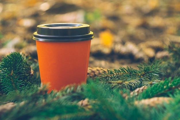 Kaffee zum mitnehmen tassen in einem wald. kaffee im freien.