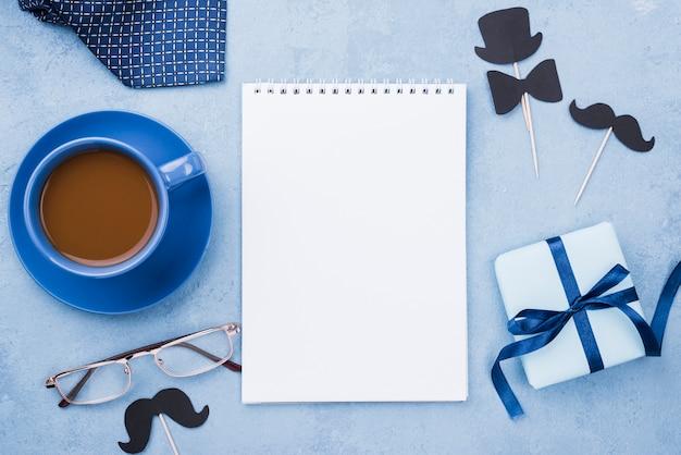 Kaffee zum vatertag mit leerem notizblock