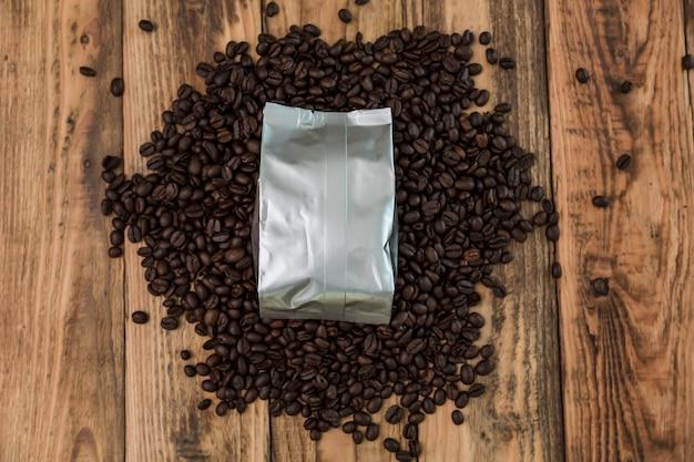 Kaffeebeutel mit kaffeebohnen um