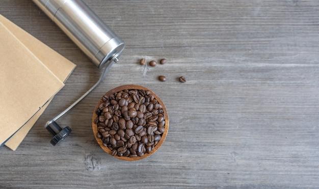 Kaffeebohne auf holzboden
