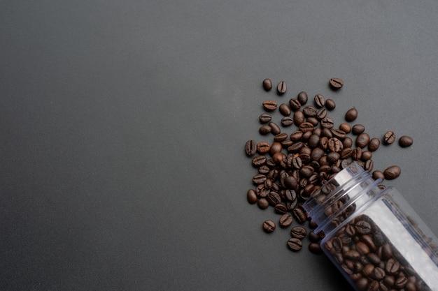 Kaffeebohne auf schwarzem hölzernem hintergrund. ansicht von oben
