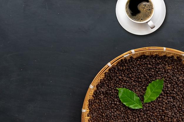 Kaffeebohne auf schwarzem zementboden