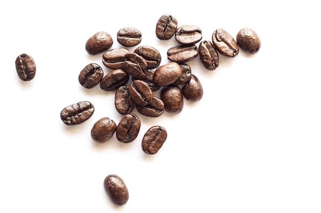 Kaffeebohne auf weißem hintergrund