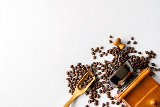 Kaffeebohne auf weißem tischhintergrund. draufsicht. platz für text