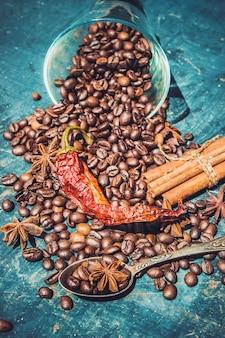 Kaffeebohne. eine Tasse Kaffee. selektiver fokus.