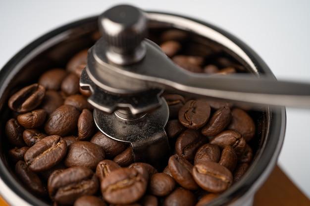 Kaffeebohne in holzmühle geröstet