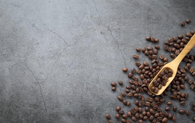 Kaffeebohne und handmühle auf altem zementhintergrund