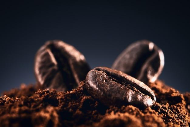 Kaffeebohnen an einer dunkelblauen wand