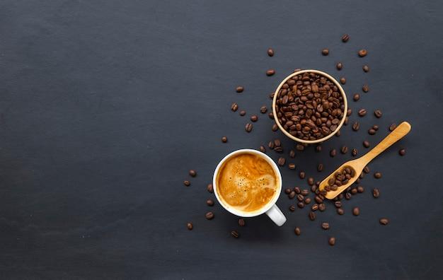 Kaffeebohnen auf altem schwarzem tisch
