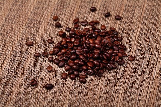 Kaffeebohnen auf dem braunen hintergrund