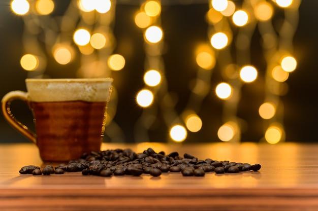 Kaffeebohnen auf dem schreibtisch platziert orange bokeh bodenszene