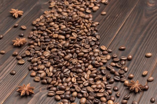Kaffeebohnen auf dem tisch verschüttet. gewürzsternanis.