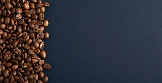 Kaffeebohnen auf der linken seite. kopieren sie platz. ansicht von oben.
