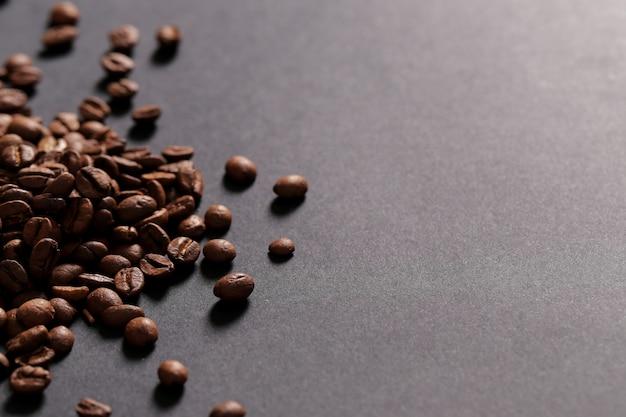 Kaffeebohnen auf dunklem hintergrund